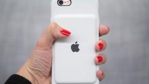 Интернет-пользователи бурно отреагировали на новый чехол Apple со встроенной батареей