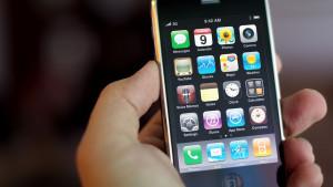 И такое бывает: политик уговорил грабителей отдать ему украденный iPhone