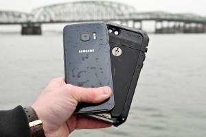 Фанату Apple удалось испортить Galaxy S7, опустив его в воду