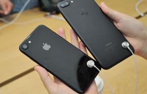 Новая функция в демонстрационных iPhone сделала кражу смартфона из магазина бессмысленной