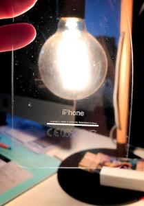 У iPhone 7 в цвете «черный оникс» отклеиваются надпись «iPhone» и маркировка
