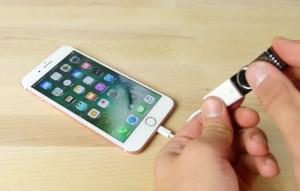 Что будет, если подключить к iPhone 7 «флешку-убийцу»?