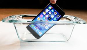 Видеоблогер попробовал растворить iPhone 7 в кислоте