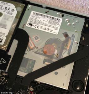 Внутри MacBook Pro пользователи находят монеты
