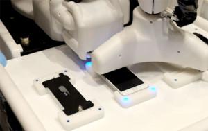 В Японии создали робота для наклеивания пленки на iPhone