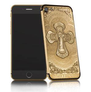 Золотые iPhone, выпущенные к Пасхе, освятили в церкви