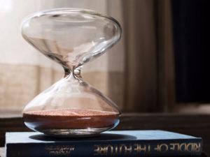 Дизайнер Apple создал песочные часы с наношариками