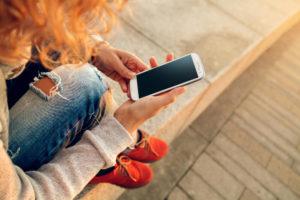 Ученые: даже просто взгляд на телефон делает человека глупее