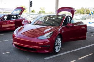 Работа над полноприводной Tesla Model 3 с двумя двигателями кипит: Илон Маск рассказал подробности
