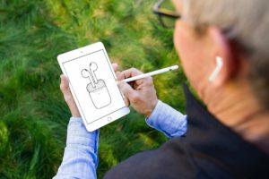 Apple представила вторые AirPods с новым процессором и с беспроводным зарядным чехлом